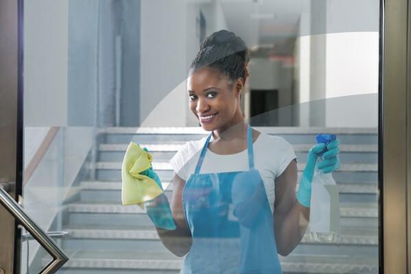cleander-fönsterputs-kvinna