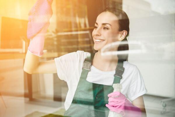 cleander-fönsterputs-tjej